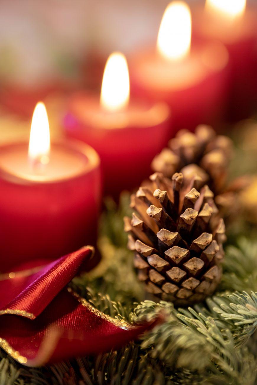 Brennende Weihnachtskerzen